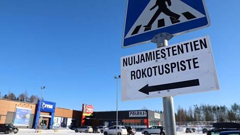 Nokialla koronarokotteita annetaan Nuijamiestentiellä Tokmannin naapurissa.
