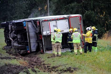 Onnettomuudessa selvittiin ilman henkilövahinkoja, mutta lastina olleista 13 vasikasta yksi kuoli.