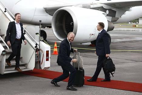 Samassa koneessa jääkiekkojoukkueen kanssa matkusti muun muassa kulttuuriministeri Sampo Terho (sin.), joka astui myös ensimmäisenä ulos lentokoneesta.