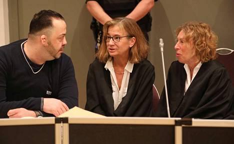 Entinen sairaanhoitaja Niels Högel tuomittiin Saksassa elinkautiseen 85 potilaansa murhasta. Högel esiintyi oikeudessa yhdessä asianajajiensa Ulrike Baumannin ja Kirsten Hüfkenin kanssa.