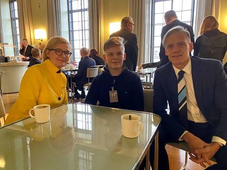 Valkeakoskelainen Nuutti Kurikka suorittaa tet-harjoittelua eduskunnassa. Mukana kuvassa ovat kansanedustajat Paula Risikko ja Pauli Kiuru.
