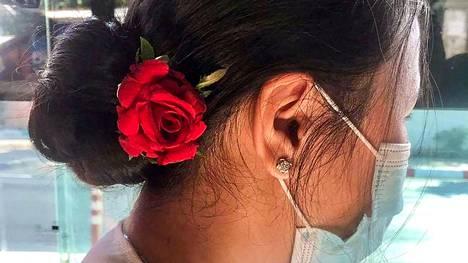 Nimettömänä pysyttelevät tukijat postasivat sosiaalisen median kanavaan Facebookiin kuvia, joissa heillä on ruusu hiuksissaa. Ruusulla muistettiin kotiarestissa olevan johtajan Aung San Suu Kyin syntymäpäivää.