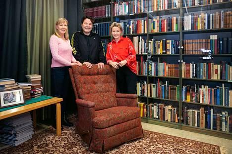 Sari Leskinen, Arto Huhtinen ja Linda Huhtinen eivät tohtinee istua Juicen nojatuoliin. Takana on Juicen kirjaston kokoelmaa, josta huomaa kuinka suomen kielen mestarillinen käyttäjä suosi suomalaisia klassikoita.