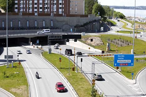 Rantatunneliin ei enää saa ajaa mopoautolla tai moottorityökoneella. Uusi liikennemerkki kuvan oikeassa alakulmassa.