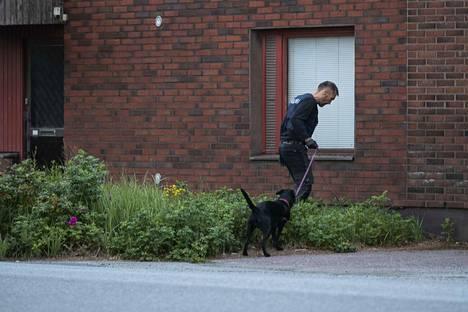 Poliisiratsiassa oli mukana myös poliisikoira.