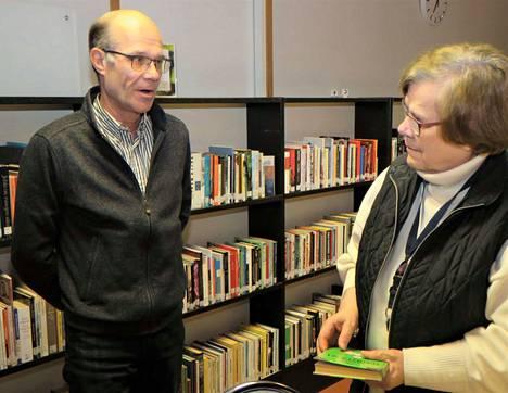 Paluumuuttaja Lea Laurell tapasi kansanedustaja Jouni Kotiahon. Laurellia kiinnostivat muun muassa ikäihmisten liikennepalvelut.
