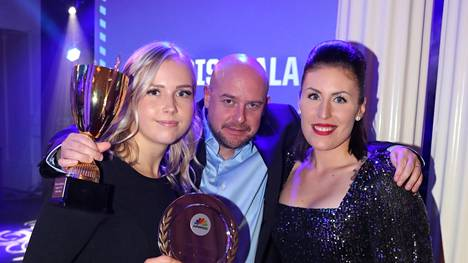 Pesäkarhut mestaruuteen johdattanut Jarkko Pokela pokkasi pesisgaalassa vuoden lukkarina palkitun Minttu Vettenrannan ja parhaaksi ulkopelaajaksi äänestetyn Kaisa-Maija Rosvallin syleilyynsä.