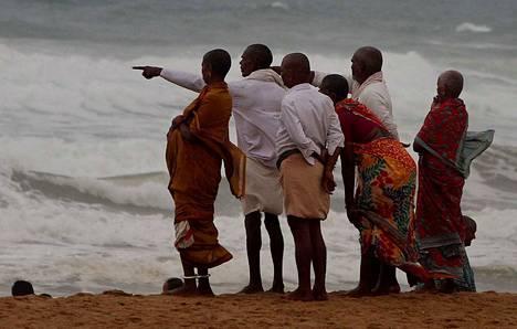 Intialaiset odottivat sykloni Fanin tuloa Konarkissa Punin alueella torstaina. Alueelta evakuoitiin turvaan miljoona ihmistä.