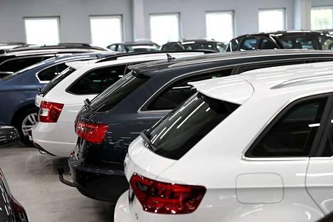 Autojen myynti on laskenut jo monta kuukautta peräkkäin Suomessa. Kuvituskuva.