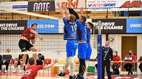 Sinipaitainen Lempo-Volley kohtasi Rantaperkiön Iskun viime viikon lauantaina. Iskun Konsta Karjalainen yritti ohittaa Lempo-Volleyn torjunnan, jossa olivat Simo Puttonen (11), Sten Kruuda ja Saku Tuomivaara.