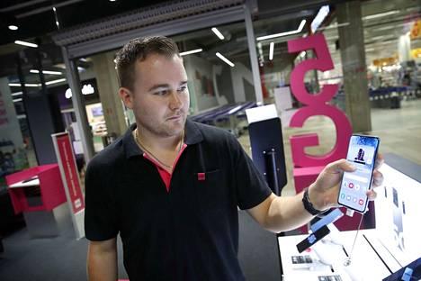 Myymäläpäällikkö Ville Akkanen esittelee tuhannen euron Samsung Galaxy S20 -puhelinta Puuvillan kauppakeskuksen DNA-myymälässä. Halvin myynnissä oleva Samsungin 5G-puhelin on A51 ja se irtoaa 479 eurolla.