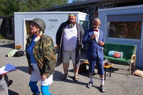 Niina Jylhä, Jarmo Eklund ja Mika Merikaita vauhdissa Leineperin pähkähullussa kesänäytelmässä.