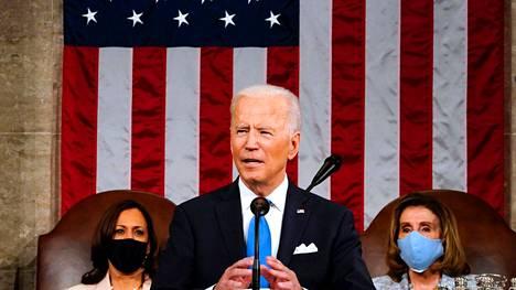 Presidentti Joe Bidenin puhe oli siinäkin mielessä historiallinen, että puheen aikana presidentin takana istui kaksi naista, varapresidentti Kamala Harris ja edustajainhuoneen puhemies Nancy Pelosi.