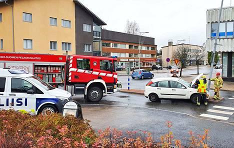 Koulutien ja Keuruuntien risteystä valaiseva valaisinpylväs taittui henkilöauton törmäyksen voimasta.