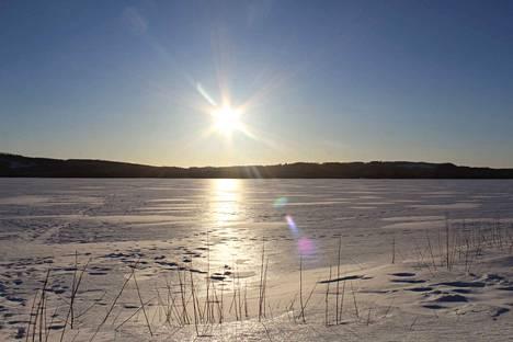 Aurinkoinen sää helli perjantaina ympäri maata. Kuva Rautavaaralta.