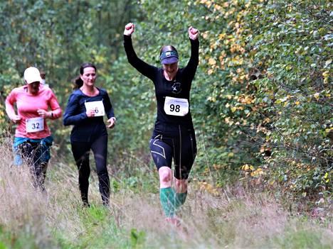 KiipFit-polkujuoksutapahtumassa oli liikunnan iloa. Kuvassa etualalla 11,8 kilometrin matkalle osallistunut Anne Ruoho. Kuva: KiipFit/Marko Jansson