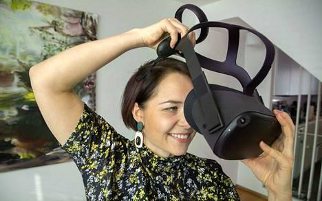Lasit päähän ja menoksi! Laura Olin näyttää mallia, kuinka virtuaalimatkalle lähdetään.