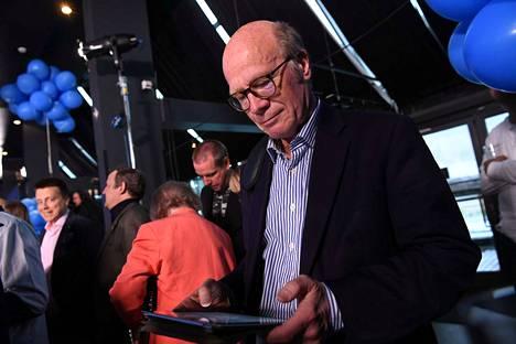 Tamperelainen Kimmo Sasi jännitti vaalitulosta kokoomuksen valvojaisissa Helsingissä.
