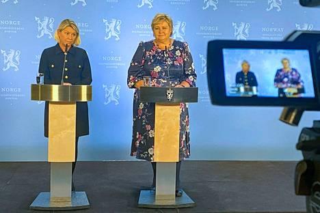 Norjan pääministeri Erna Solber (oikealla) ja oikeusministeri Monica Mäland kommentoivat tapahtunutta tiedotustilaisuudessa keskiviikkona 13. lokakuuta.