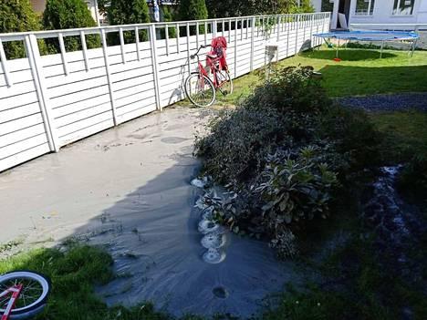 Metrin korkeuteen kohonnut mutalähde hiljeni, kun naapuritontilla poraus keskeytettiin. Kuva tapahtumapäivältä elokuun alusta.