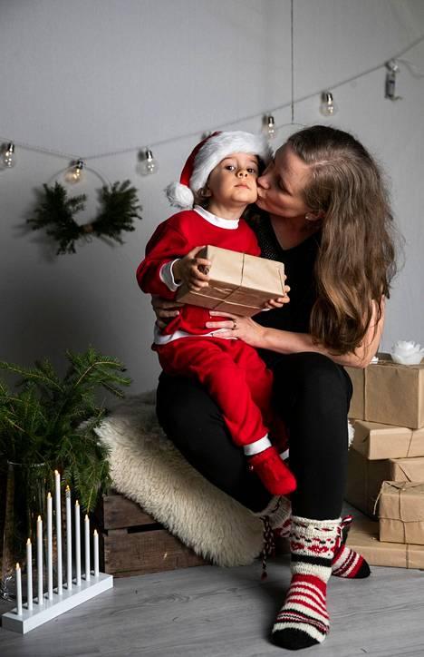 Anne Suominen ja Kian Suominen tapaavat käydä Kotilassa keskiviikkoisin, koska siitä on muodostunut pikkulapsipäivä.