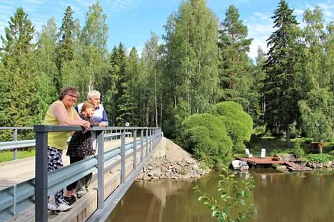 Ritva ja Erkki Tuominen ovat seuranneet Vihatussaaren elämää pitkään. Nyt siihen tutustuu myös lapsenlapsi Aino Tuominen. Mökkiläisten autot Tuomiset tunnistavat, mutta mökkivieraiden autot tuottavat päänvaivaa.