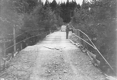 Veikko Pöysti puolivalmiilla Vihatussaaren sillalla vuonna 1963.