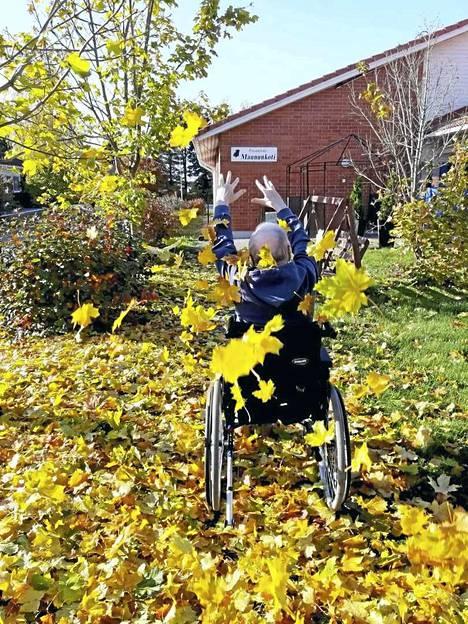 Voittajakuvassa Seppo Salminen heittää iloisesti vaahteranlehtiä ilmaan. Kuvauksesta vastasivat Maununkodin hoitajat Satu Malmberg ja Meri Sampalahti.