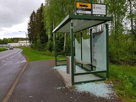 Toukokuun viimeisenä viikonloppuna kahden Rounionkadun varressa olevan linja-autopysäkin katoksen lasit oli rikottu.