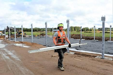 Uuden navetan rakennusurakasta vastaa nivalalainen Vana Valmisnavetta Oy. Työmaan vetäjä Mika Eskola on ehtinyt uransa aikana rakentaa jo kymmeniä navetoita.