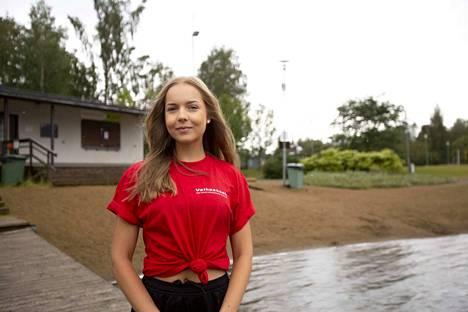 Viime vuonna Amanda Hyövälti oli kesätyössä kaupungin uimavalvojana Apian rannalla. Tänä vuonna koronatilanne rokottaa nuorten kesätyömahdollisuuksia Valkeakoskella.