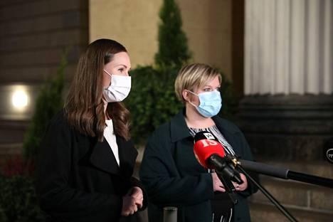 Sanna Marin (sd.) ja Annika Saarikko (kesk.) Säätytalolla lokukuussa. Arkistokuva.