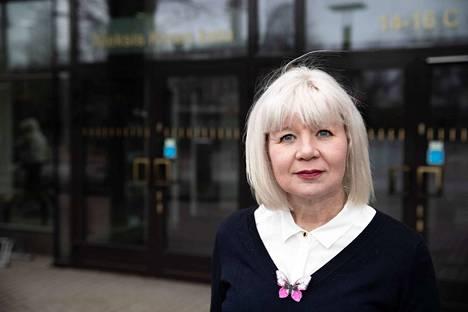 Tampereen kasvatus- ja opetusjohtaja Kristiina Järvelän mielestä koulujen avaaminen olisi helpompaa, jos päätös olisi syntynyt pari viikkoa aiemmin. Tällöin koulut olisi voitu avata jo toukokuun alussa lukukauden viimeiseksi kuukaudeksi.