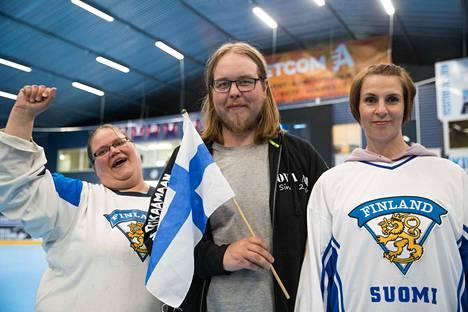 Elina Puro (vas.), Tuukka Lehtonen ja Marjo-Riitta Suonpää kannustivat finaali-iltana Suomea Mörkö-studiolla.