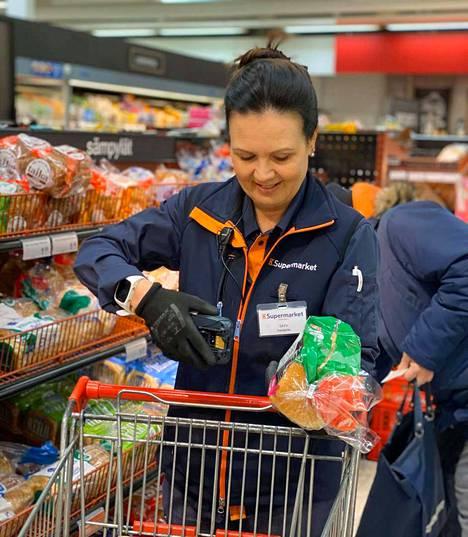 Turengin K-Marketin kauppias Satu Saarinen keräili asiakkaiden verkko-ostoksia keskiviikkoaamuna.