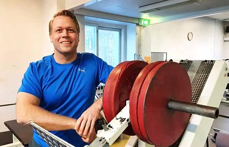 Ex-tennisammattilainen Tommi Lenho harjoittelee kuntosalilla lähes päivittäin. Liikunta antaa opettajan työlle ja staattiselle tietokoneen ääressä työskentelylle hyvää vastapainoa.