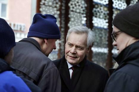 Pääministeri Antti Rinne tapasi yleisöä lauantaina Oulussa ja sunnuntaina Lapissa. Illaksi hän palasi Helsinkiin, jossa hallituspuolueet kuulivat hänen selvityksensä koskien Posti-jupakkaa. Kokous kesti myöhään yöhön.