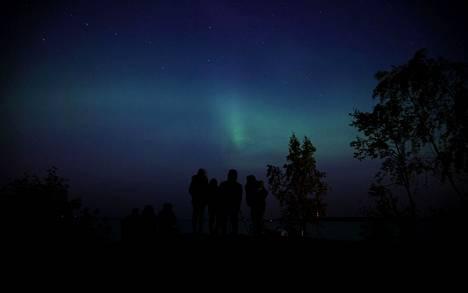 Otollisin aika nähdä revontulia Suomessa on syksyllä ja kevättalvella. Arkistokuva on otettu 27.9.2020, kun kymmenet ihmiset ihailivat revontulia Rauhaniemessä Näsijärven rannalla.