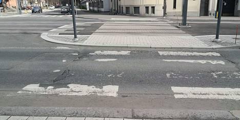 Reunakivet eivät kuvassa näytä kovin korkeilta, mutta moni pyöräilijä ei ota riskiä renagasrikosta ja kiertää vasemmalta autokaistojen kautta.