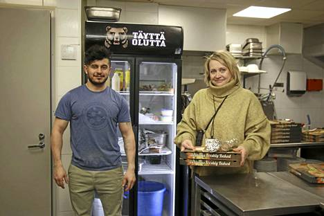 Pizzeria La'Melin yrittäjä Ali Mohammedi Adnan lahjoitti maanantaina ja tiistaina yhteensä 150 pizza- ja kebabannosta keuruulaisille lapsiperheille. Tiistaina lahjoitusten jakelussa yrittäjää avusti palveluohjaaja Kati Somppi Keuruun kaupungin työllisyyspalveluista.