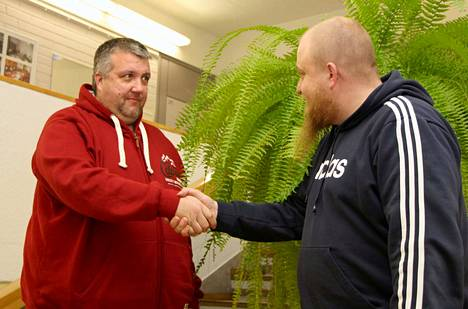 Vilppulan Seudun Urheiluautoilijoiden puheenjohtaja Jani Frisk (vasemmalla) löi kättä päälle lahjoituksen vastaanottaneen perhetyöntekijä Marko Hietalan kanssa.