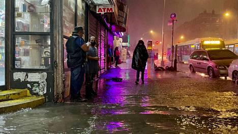 Jotkut uhmasivat tulvia ja sateita New Yorkissa 1. syyskuuta. Kaupungin pormestari julisti keskiviikkoiltana New Yorkiin hätätilan ja käski ihmisiä pysymään sisätiloissa.
