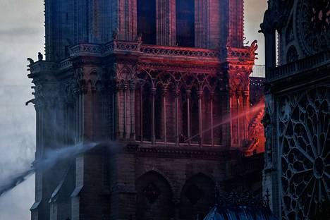 Pariisin Notre Damen tulipalo on hallinnassa, viranomaiset ilmoittavat.