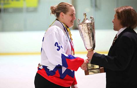 Elina Raesola haki mestaruuskannun. Hän keräsi lauantaina tehot 1+3.