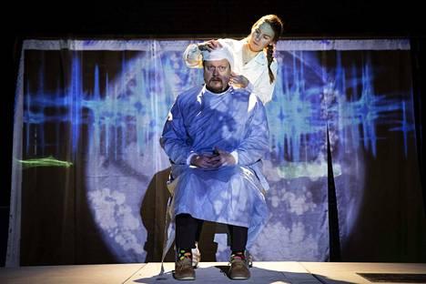 Okko Leon kirjoittamassa humoristisessa Data Error -pienoisnäytelmässä ihminen pyrkii tekemään itsestään täydellisen keinolla millä hyvänsä. Kuvassa näyttelijät Mika Piispa ja Maija Rissanen.