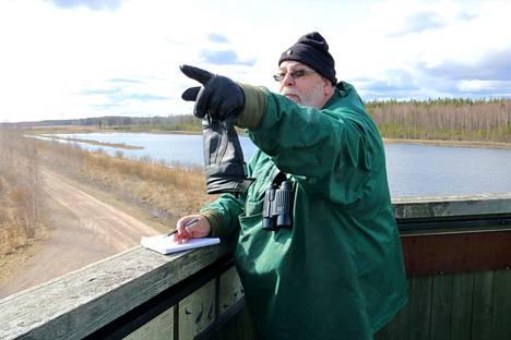 Muistivihko ja tarkka kuulo ovat lintuharrastajan ystäviä. Markku Suomisen suhde luontoon on jatkunut jo vuosikymmenten ajan.