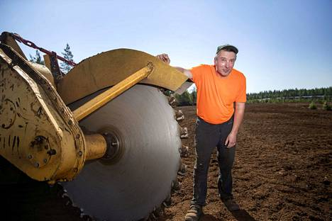 Yrittäjä Pasi Alakoski työskentelee Vapon turvetuotantoalueilla Honkajoella ja Merikarvialla. Traktorin vetämä palaturvekone nostaa turpeen pintaan ja puristaa siitä tasakokoisia paakkuja, joita poltetaan etenkin pienemmissä kuntien ja maatilojen polttokattiloissa.