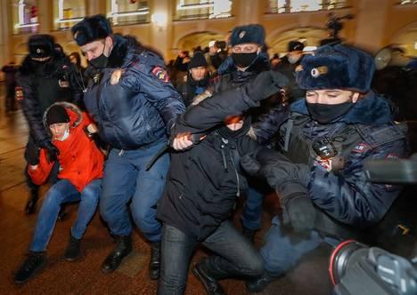 Poliisit pidättivät maanantaina Navalnyia tukeneita mielenosoittajia Pietarissa.