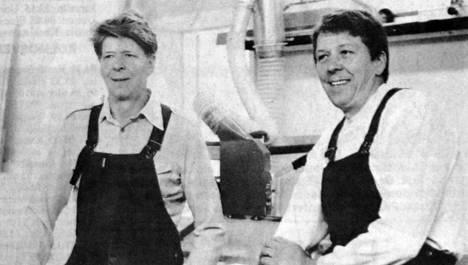 Matti, vasemmalla, ja Pentti Niinimäki tekevät Kolhon vanhalla paloasemalla. Mesitek tuottaa myös hunajaa.