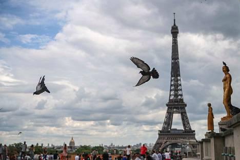 Pariisin poliisi sai nimettömän puhelun pommiuhasta, The New York Times kertoo.